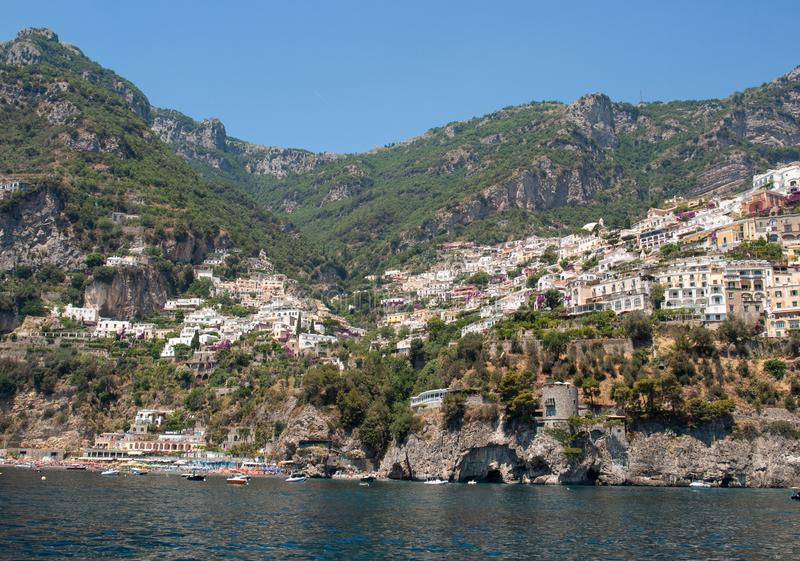 Buntes Positano, das Juwel der Amalfi-Küste, wenn seinen mehrfarbigen Häusern und Gebäude auf einer übersehenden gehockt sind Gro stockfotos
