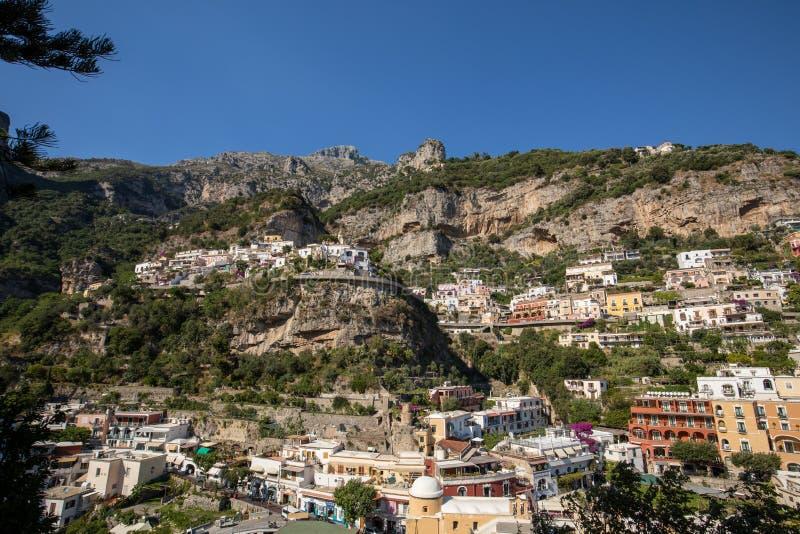 Buntes Positano, das Juwel der Amalfi-Küste, wenn seinen mehrfarbigen Häusern und Gebäude auf einer übersehenden gehockt sind Gro lizenzfreies stockfoto