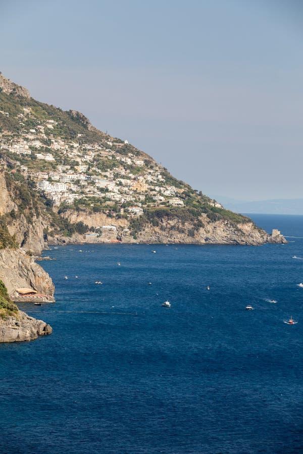 Buntes Positano, das Juwel der Amalfi-Küste, wenn seinen mehrfarbigen Häusern und Gebäude auf einer übersehenden gehockt sind Gro stockbild