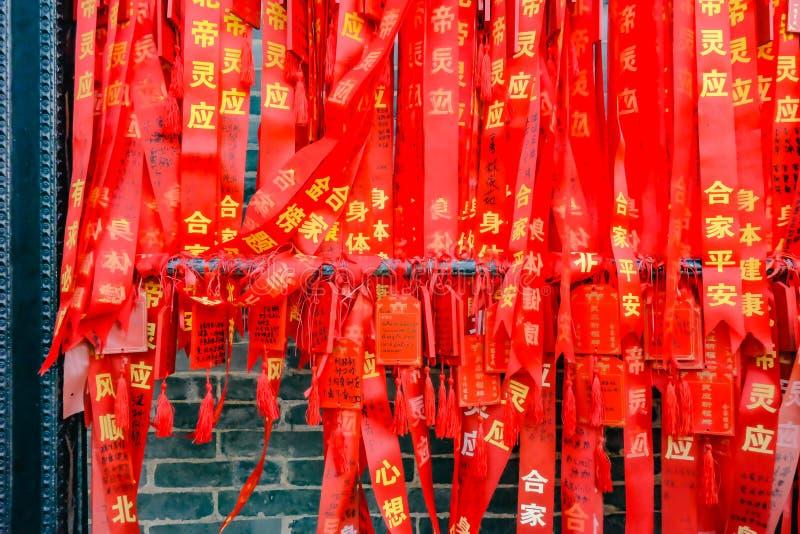 Buntes rotes Segnungsband, Wunsch und Mitteilung Foshan in ererbtem Tempel oder 'in Zumiao 'im chinesischen Namen Foshan-Stadtpor stockfotografie