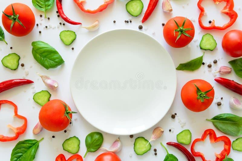 Buntes Salatbestandteilmuster gemacht von den Tomaten, vom Pfeffer, vom Paprika, vom Knoblauch, von den Gurkenscheiben, vom Basil lizenzfreie stockfotos