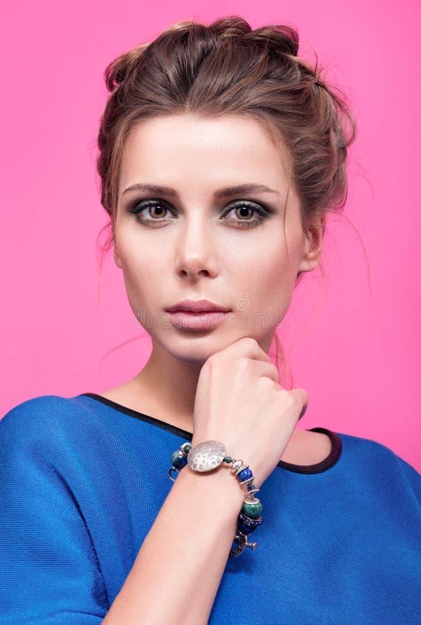 Buntes Schönheitsporträt der schönen jungen Frau mit einem Armband auf ihrem Arm lizenzfreies stockbild