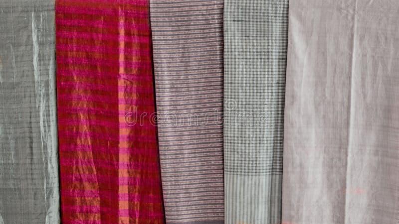 Buntes Schal und Gewebeandenkenseide spinnendes Handwerk Schwarzweiss-Farbhintergrund mit der selektiven Farbe technisch lizenzfreies stockfoto