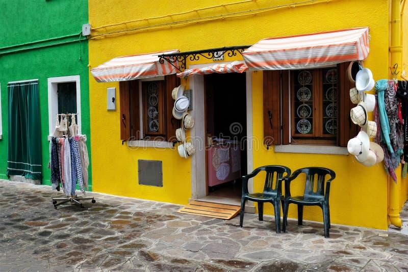 Buntes Schaufenster in Burano, Italien mit Hüten und Schals lizenzfreies stockbild