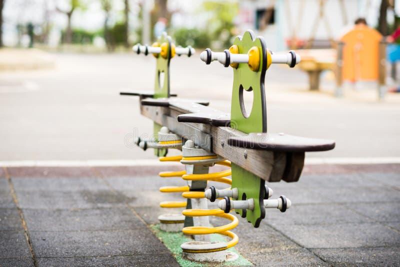Buntes Schwingen in einem Kinderspielplatz Frosch geformt lizenzfreie stockfotos