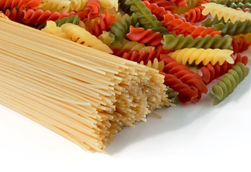 Buntes Spaghettiteigwaren-Chefbündel lokalisiert auf weißem Hintergrund Kann als Hintergrund verwenden lizenzfreie stockfotos