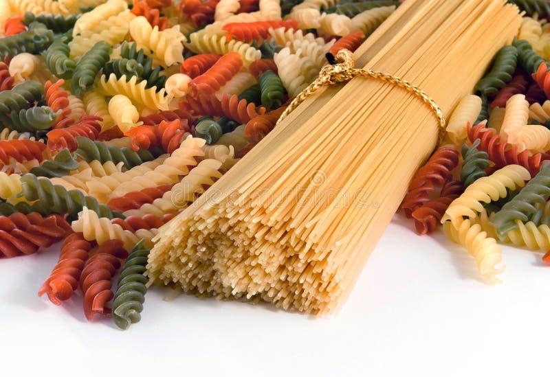 Buntes Spaghettiteigwaren-Chefb?ndel lokalisiert auf wei?em Hintergrund Kann als Hintergrund verwenden stockfoto