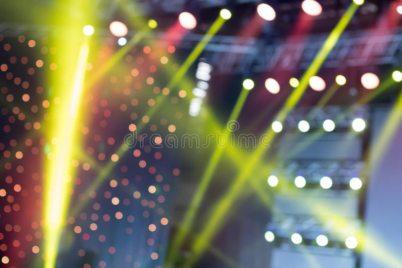 Buntes Stadium beleuchtet, Lichtshow am Konzert, unscharfe Lichter stockfoto