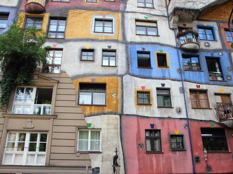 Buntes Stadt-Wohngebäude Hundertwasser in Wien Österreich lizenzfreies stockfoto