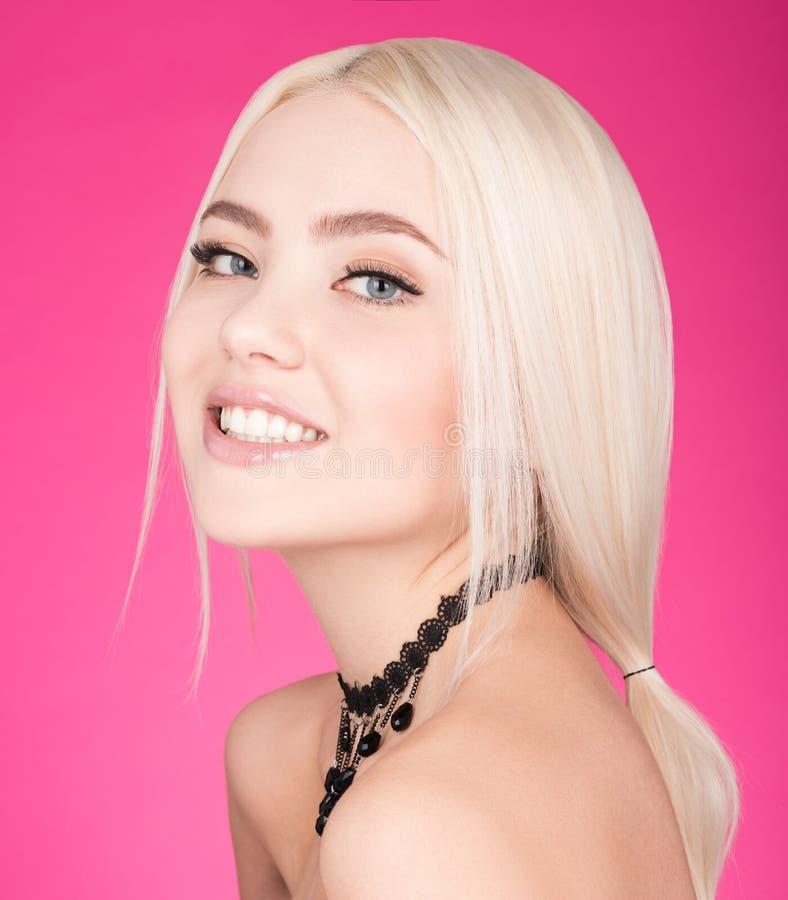 Buntes Studioporträt der jungen netten Frau Langes blondes Haar lizenzfreie stockfotos