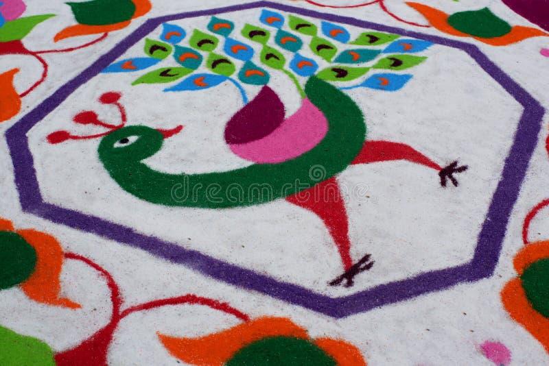 Buntes traditionelles Blumenmuster Rangoli gemacht mit trockenen pulverisierten Farben mit Pfau, Blumen und Schmetterlingen lizenzfreies stockfoto