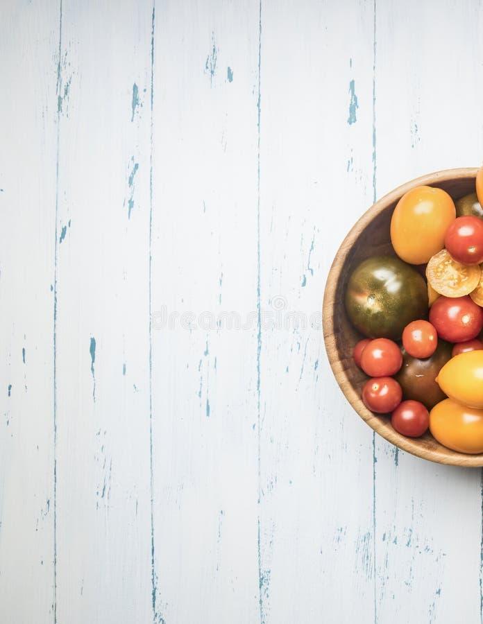 Buntes verschiedenes von der unterschiedlichen Vielzahl des Biohofgemüses von Tomaten, Frischgemüse in einer hölzernen Schüssel a lizenzfreies stockfoto