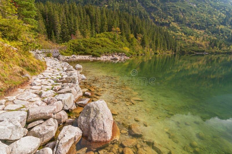 Buntes Wasser von Morskie Oko See, Tatra-Berge, Polen lizenzfreies stockbild