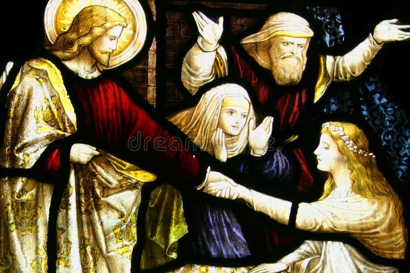 Buntglas, Christ, der Kind anhebt stockfoto