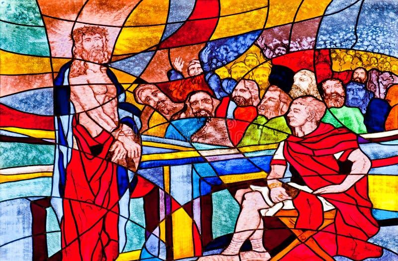 Buntglas, das Jesus verurteilt zum Tod zeigt stockbilder