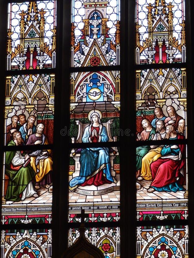 Buntglas in der Basilika von Heiligen Peter und Paul lizenzfreies stockfoto