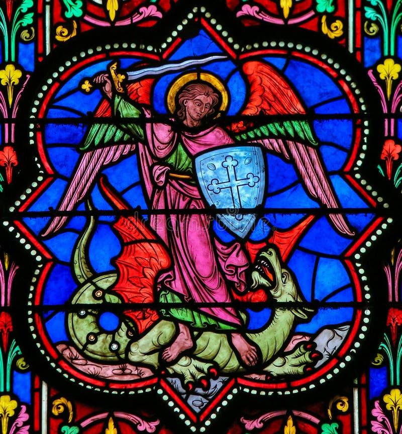 Buntglas - der besiegende Satan Erzengel-Michaels stock abbildung
