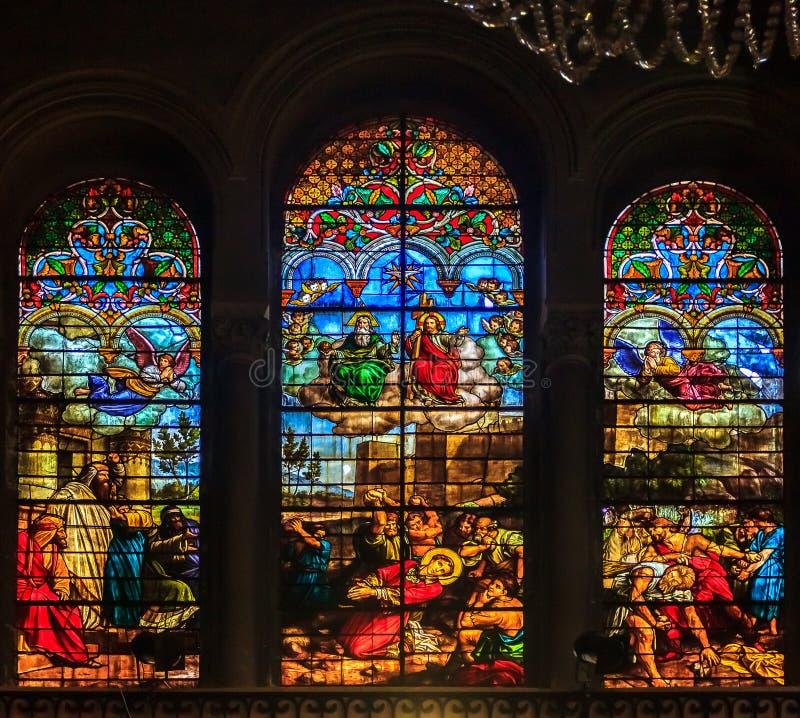 Buntglas in der Kirche des 19. Jahrhunderts unserer Dame von gutem Voy stockfotografie