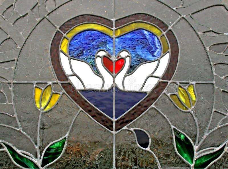 Buntglas-Fenster, das Schwäne küßt stockbilder
