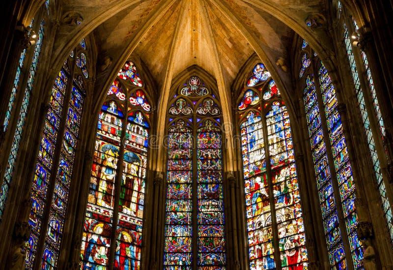 Buntglas in La basilique Saint Nazaire der Stadt Carcasso lizenzfreies stockbild