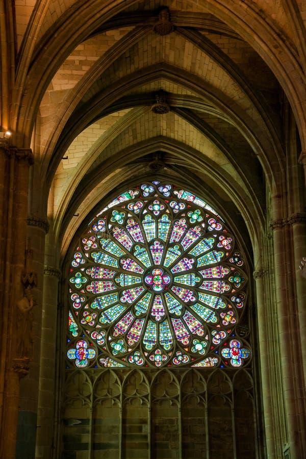 Buntglas in La basilique Saint Nazaire der Stadt Carcasso lizenzfreies stockfoto