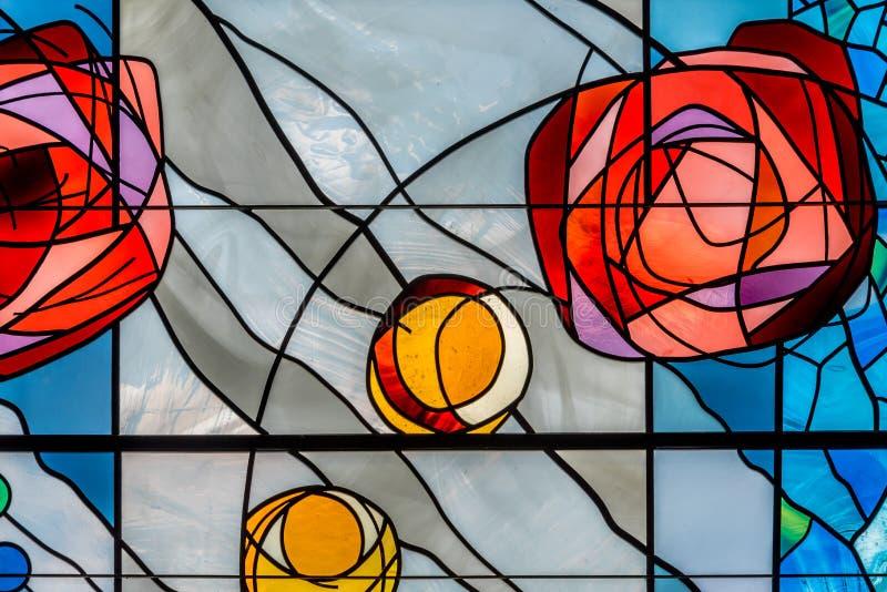 Buntglas mit Blumendesign lizenzfreie stockbilder