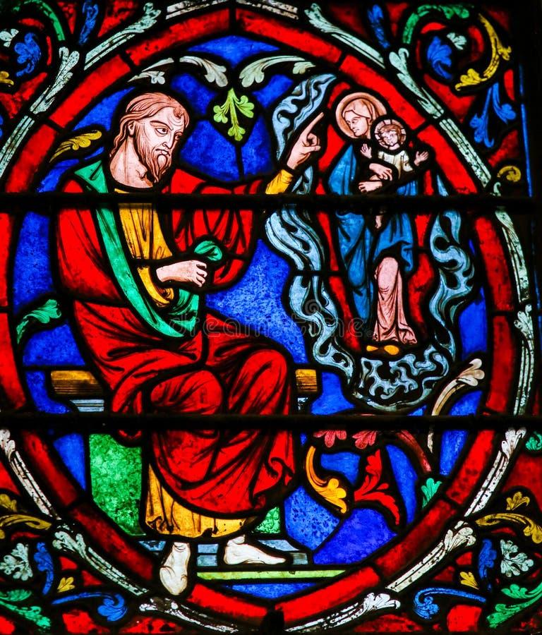 Buntglas in Notre Dame, Paris stockbilder