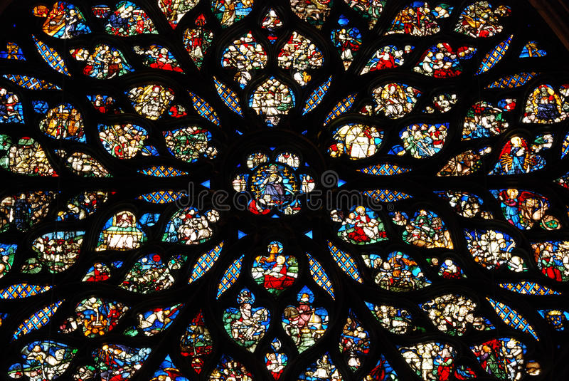 Buntglas in Sainte Chapelle Paris stockbild