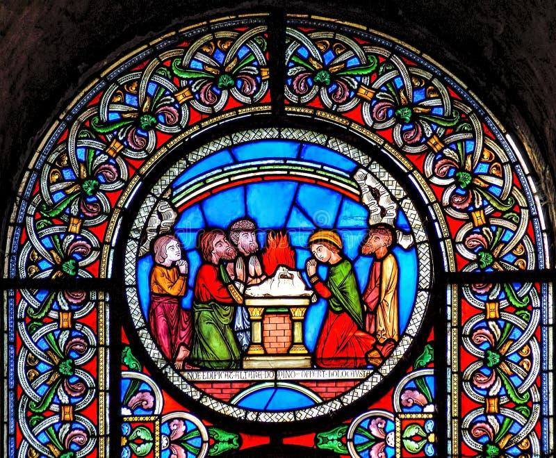 Buntglasfenster, das den Regenbogen am Ende von Noahs darstellt lizenzfreie stockfotografie