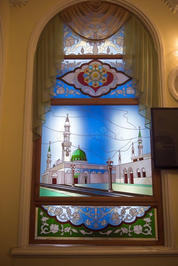 Buntglasfenster in der Moschee stockfotos