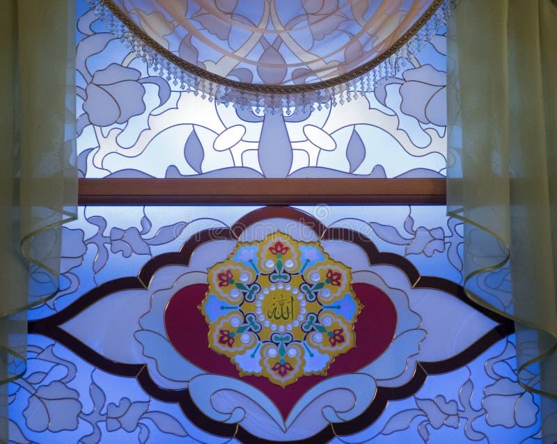 Buntglasfenster in der Moschee lizenzfreies stockbild