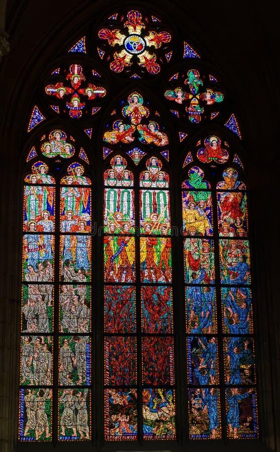 Buntglasfenster in der St.Vitus Kathedrale stockbild