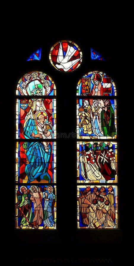 Buntglasfenster-Kircheinnenraum lizenzfreie stockfotos