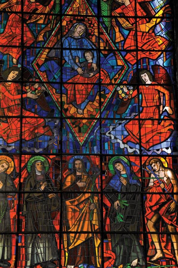 Buntglasfenster mit religiösen Bildern in Kirche SantuÃ-¡ Rios DAS Almas, in Niteroi stockfotos
