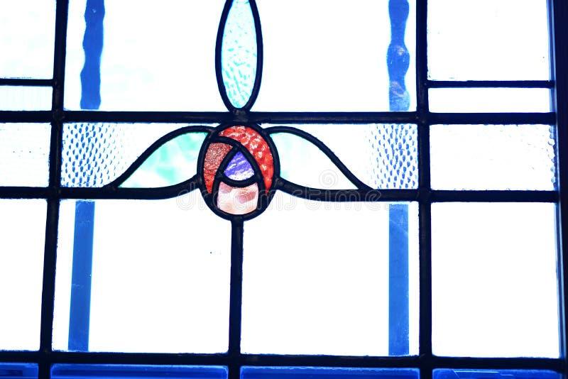Buntglasfenster mit Tulpendesign stockfotos