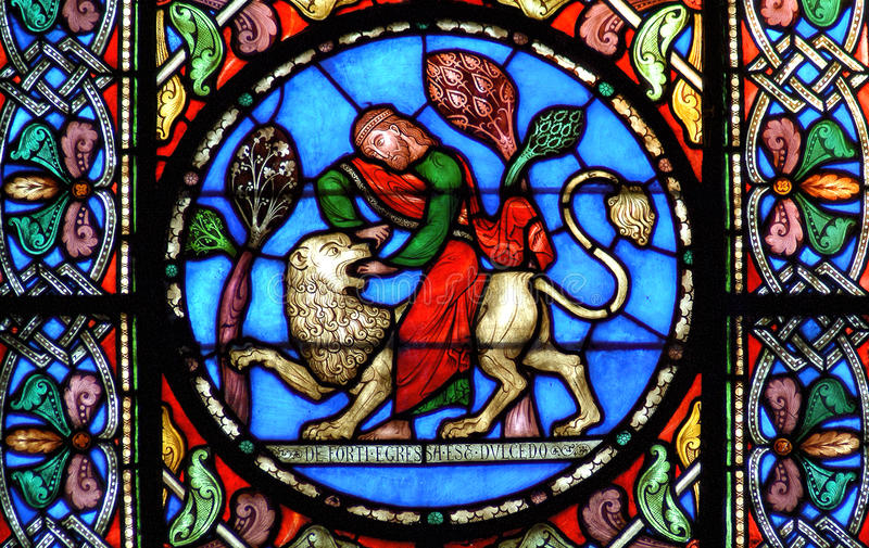 Buntglasfenster Samson, der den Löwe tötet lizenzfreie stockbilder