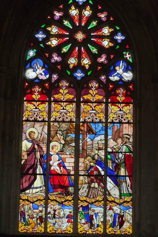 Buntglasfenster von Heilig-Gatien-Kathedrale in den Ausflügen, lizenzfreies stockbild