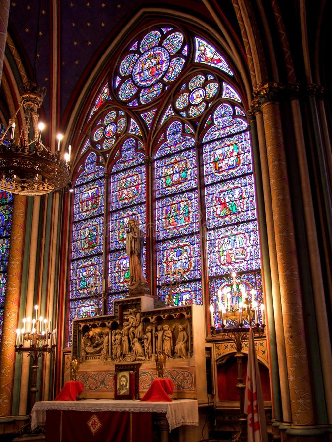 Buntglasfenster von Notre Dame de Paris stockfotos