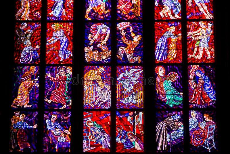 Buntglasfenster von St. Vitus in Prag, Tschechische Republik. stockbild