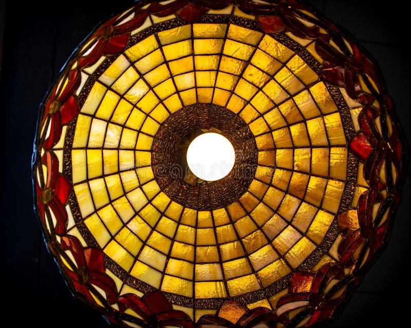 Buntglaslampe, die oben von unterhalb schaut stockbild