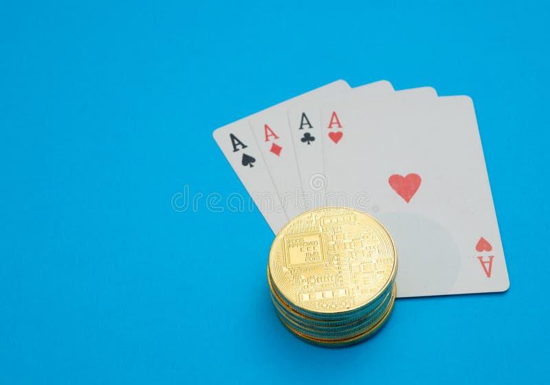 Bunthög av cryptocurrencyen på spela kort arkivbilder