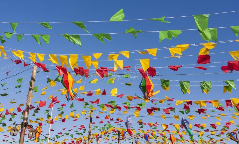 Bunting, красочные флаги партии, на голубом небе стоковое изображение