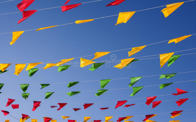 Bunting, kleurrijke partijvlaggen, op een blauwe hemel royalty-vrije stock fotografie