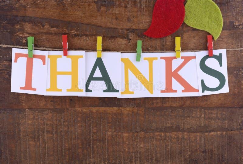 Bunting van de dankzeggingspartij op donkere houten achtergrond stock fotografie