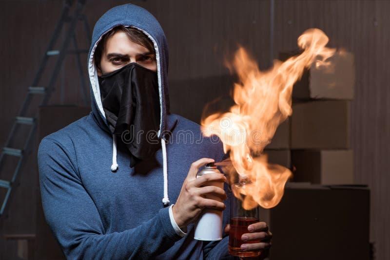 Buntownik z koktajlem mołotowa w ciemnym pokoju zdjęcie royalty free
