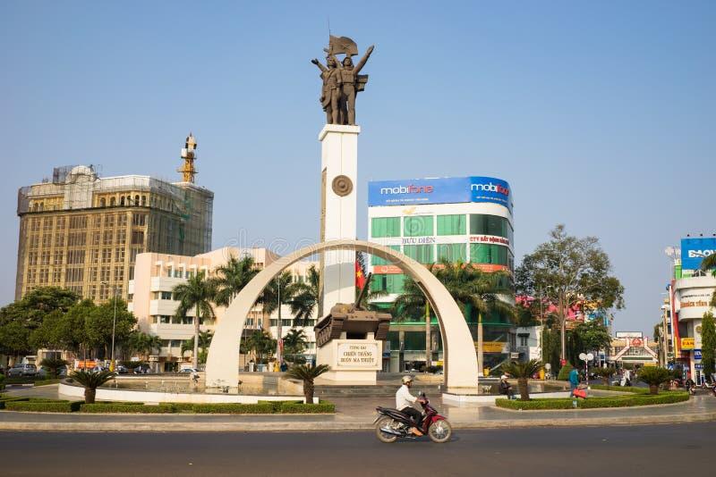 Buon μΑ Thuot, Βιετνάμ - 30 Μαρτίου 2016: Μνημείο νίκης μιας δεξαμενής τ-54 στο κεντρικό σημείο της πόλης, σταυροδρόμια 6 δρόμων  στοκ εικόνες