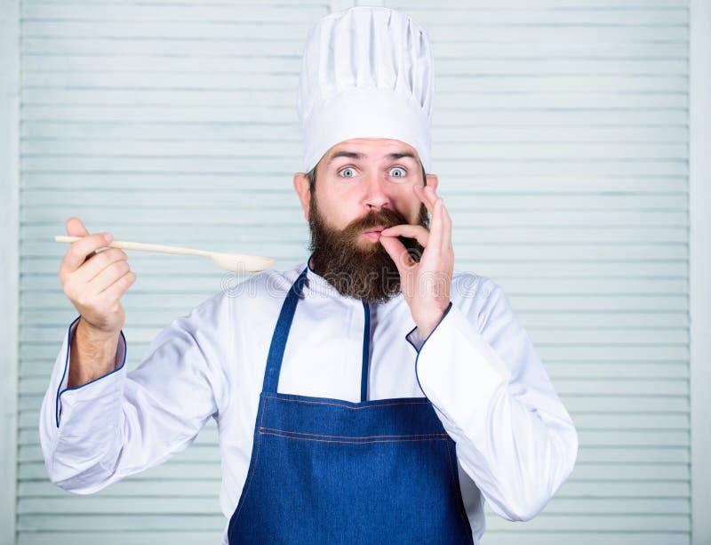Buon alimento Cottura sana dell'alimento Cuoco barbuto dell'uomo in cucina, culinaria Uomo del cuoco unico in cappello Ricetta se immagini stock libere da diritti