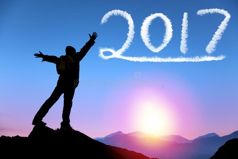 Buon anno 2017 Uomo in cima alla montagna immagine stock libera da diritti