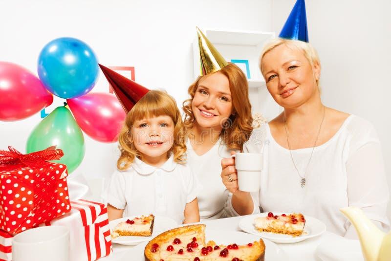 Buon compleanno con la madre e la nonna della bambina fotografia stock libera da diritti