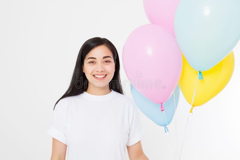 Buon compleanno Partito del pallone Ragazza asiatica felice con i palloni isolati su fondo bianco Copi lo spazio Maglietta in bia fotografia stock libera da diritti